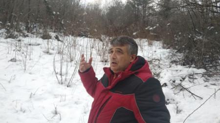 Бойко Чавдаров от ЧЕЗ показва повален стълб и скъсан електропровод край Ловеч.