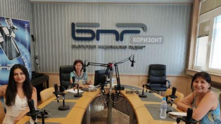 Ралица Стоянова и Катя Казакова (на преден план) в студиото на БНР с водещата Диана Дончева