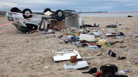Обърнатата от силния вятър каравана в района Созополи, в която загината двама възрастни чешки туристи.