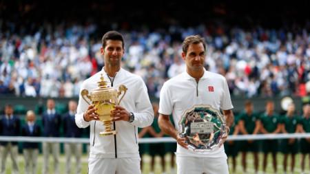 Джокович и Федерер при награждаването в Лондон.