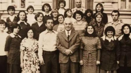 Şumen Halk Orduevi korosunun Filip Kutev ile toplu resmi. Vildan Hasanova sağdan sola ikinci.