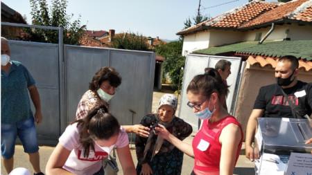 Гласуване на хора от село Сърница общ. Минерални бани в подвижни секции за хора с увреждания