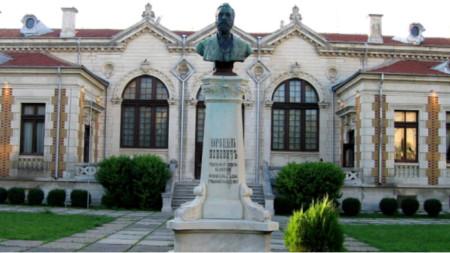 """Бюст-паметник на Нанчо Попович в градинката пред читалище """"Добри Войников"""" в Шумен"""