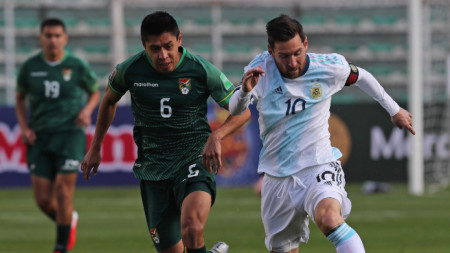 Лионел Меси (вдясно) поведе Аржентина към успеха над Боливия
