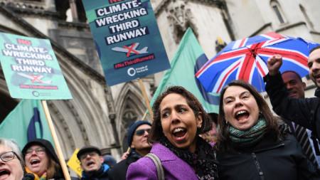 Екоактивисти в Лондон празнуват победа след решението на съда за третата писта на