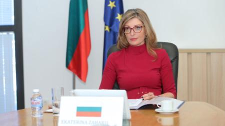"""Екатерина Захариева по време на видеоконферентна връзка, чрез която се състоя Съвет """"Външни работи""""."""