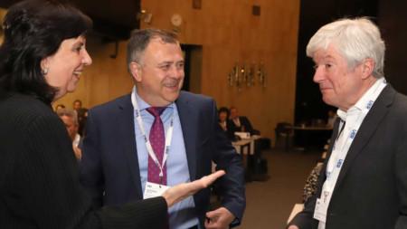 Генералният директор на Българското национално радио Александър Велев (в средата) и президентът на Европейския съюз за радио и телевизия и генерален директор на Би Би Си Тони Хол (дясно).