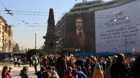 Поклонение пред паметника на Васил Левски в София