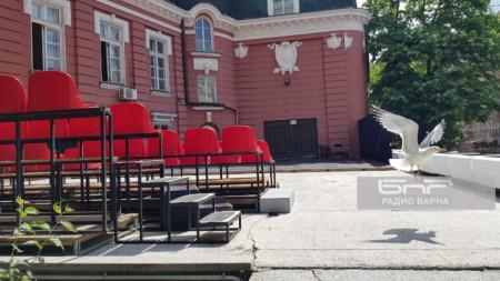 Новата лята сцена зад театъра във Варна