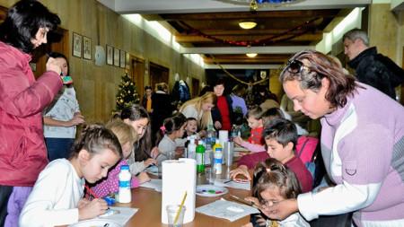 Във Велико Търново се завръща традицията да се изработват и изпращат хартиени картички за Рождество