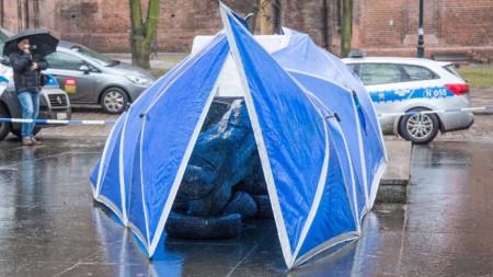 Паметникът на починалия през 2010 г. отец Хенрик Янковски в Гданск бе прекатурен през нощта срещу четвъртък.