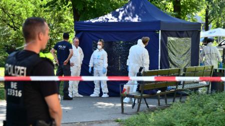 Германски криминалисти проучват за улици местопрестъплението в парк в Берлин.