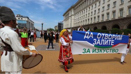 """""""Да отворим залите за култура"""", призоваха участниците в протеста пред Министерския съвет на 24 май. Днес стана ясно, че е разрешено залите за култура да работят при спазване на всички противоепидемични мерки."""