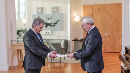 Премиерът Анти Рине (вляво) връчва оставката си на президента Саули Нинистьо