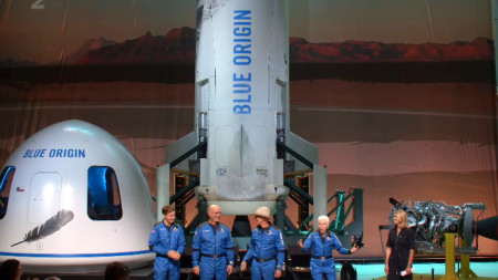 Джеф Безос и спътниците му на пресконференция след полета до ръба на космоса.