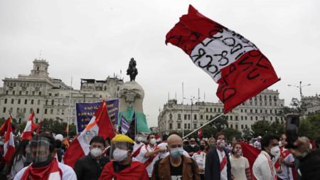 """Протест """"срещу комунизма"""" на площад Сан Мартин в Лима, 29 май 2021 г. Акцията идва на фона на напрежение преди втория тур от президентските избори на 6 юни между Педро Кастильо и Кейко Фухимори."""