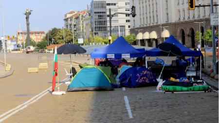 Палатков лагер през сградата на бившия Партиен дом