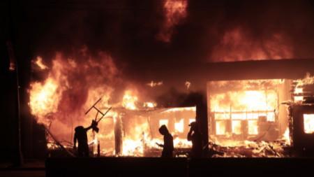 Бизнес сграда в Минеаполис гори след притести, прераснали в насилие в града