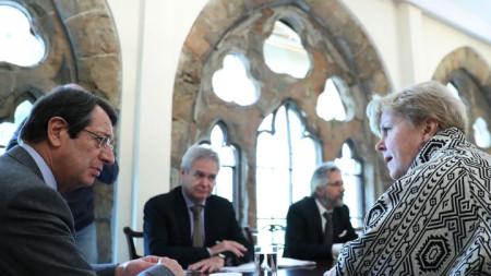 Специалният пратеник на генералния секретар на ООН Джейн Хол Лют разговаря с кипърския президент Никос Анастасиадис в Никозия.