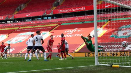 Трент Алекзандър-Арнолд бележи победния гол.