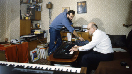 Атанас Бояджиев (вдясно) и Кристиян Бояджиев в работна среда, 1985 г.