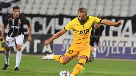 Хари Кейн изравнява от дузпа срещу Локомотив (Пловдив).
