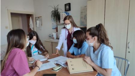 Студенти по медицина на практика във Второ детско отделение.