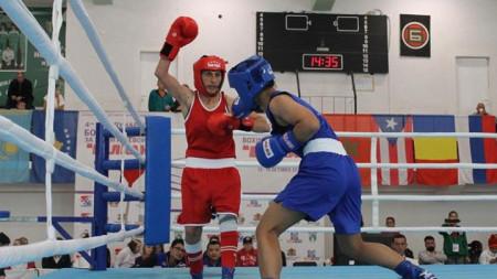 Севда Асенова (в червен екип) спечели с 5:0 съдийски гласа.