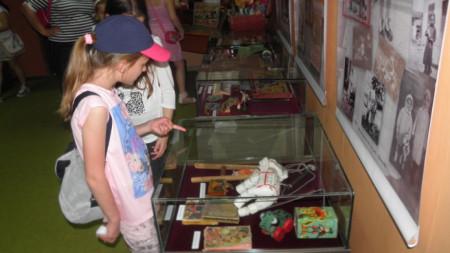 Изложба на детски играчки от първата половина на 20 век в РИМ Благоевград по повод Европейската нощ на музеите, 2017 г.