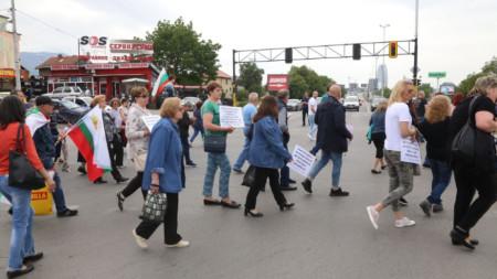 """Протестиращи жители на столичния квартал """"Горубляне"""" блокират булевард  """"Цариградско шосе""""."""