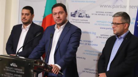 Даниел Митов (в средата), Тома Биков (вдясно) и Христо Гаджев от ГЕРБ на брифинг в Народното събрание.