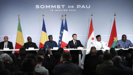 Президентите на петте африкански страни от района Сахел на среща във френския град По, организирана от президента на Франция.