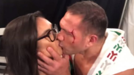 Заради тази целувка Кубрат ще се яви днес в Лос Анджелис.