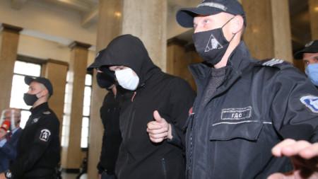 Служители на съдебна охрана водят Кристиан Николов - ноември 2020 г.