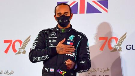 Люис Хамилтън по време на награждаването в Бахрейн.