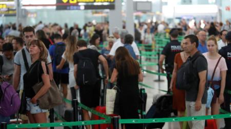 """Опашка на летището """"Прат"""" на Барселона на 24 август заради стачка на наземният персонал на авиокомпания """"Иберия""""."""