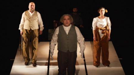 """Сцена от """"Човекът, който искаше"""", постановка на проф. Маргарита Младенова."""