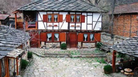 Дом, в котором некогда жил Кальо Ненов в селе Бели-Осым, превращен в старинную гостиницу с уникальной музейной коллекцией.