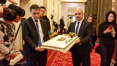 Депутатите от ВМРО подариха на парламентарните журналисти торта с логото на партията
