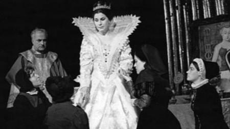 """Виолета Бахчеванова в ролята на Мария Стюарт в пиесата """"Мария Стюарт"""", постановка на Народния театър """"Иван Вазов""""."""
