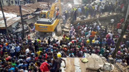 Спасители издирват оцелели в руините на рухналата 3-етажна сграда в Лагос, Нигерия.