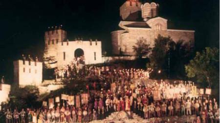 """Сцена от грандиозната постановка на акад. Пламен Карталов на операта """"Ивайло"""" на фестивала """"Сцена на вековете"""", Царевец, Велико Търново, 1985 г."""