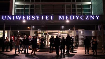 Хора се събраха пред входа на университетската болница в Гданск, където раненият кмет беше приет