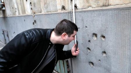 Дупки от куршумите, изстреляни през 1989 г., все още могат да се видят по стените на сгради в Румъния. бившата сграда на ЦК на РКП в Букурещ.