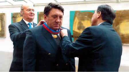 Проф. Панайотов при награждаването си с най-високия орден, който се дава на чужденци в посолството на Чили в Брюксел.