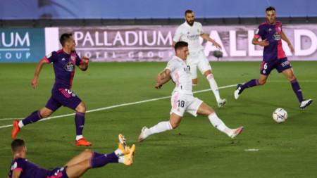 Нападателят на Реал Лука Йович стреля към вратата на Валядолид.