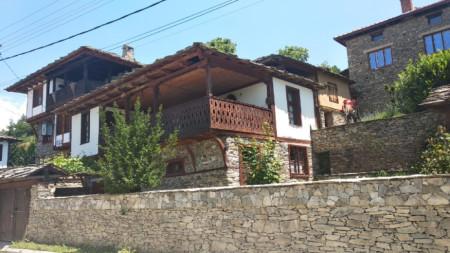 Още през 90-те години в гърменското село Лещен започва усилена реставрацията на стари къщи, част от които се отдават под наем.