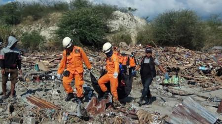 Индонезийски спасители продължават да откриват тела в руините след земетресението и цунамито заляло крайбрежието на град Палу на остров Сулавеси.