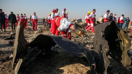 Отломки от самолета на Украинските международни авиолинии, разбил се близо до Техеран,