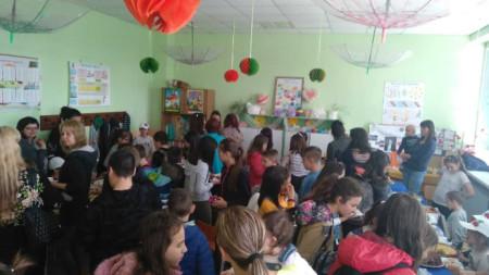 """Второкласници от ловешкото основно училище """"Проф. Димитър Димов"""" организираха поредната си благотворителна кампания."""